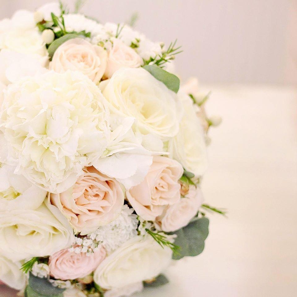 fbda80e33 Ďalšia pudrová svadobná. Pivonky v nej nádherne voňajú! #kvetysilvia  #kvetinarstvo #kvety