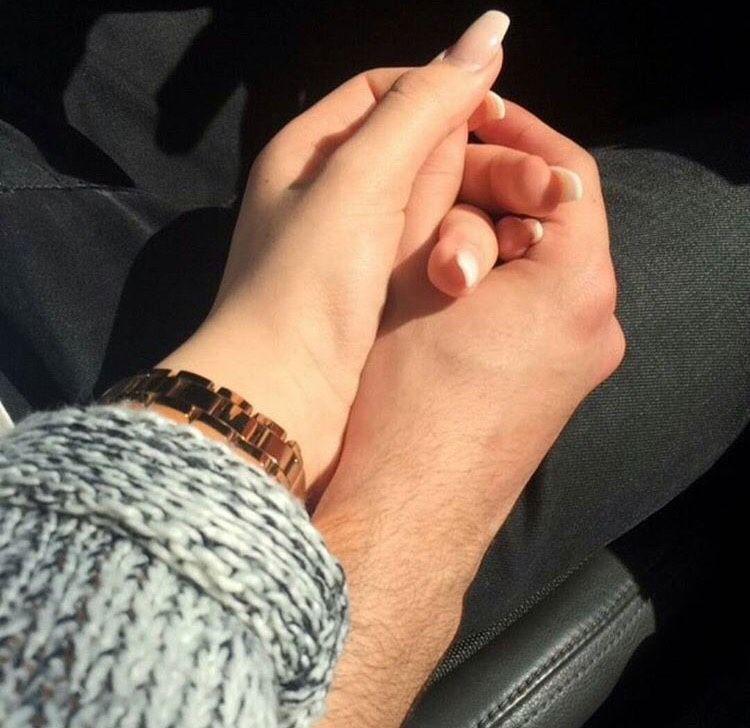Парень и девушка держатся за руки картинки