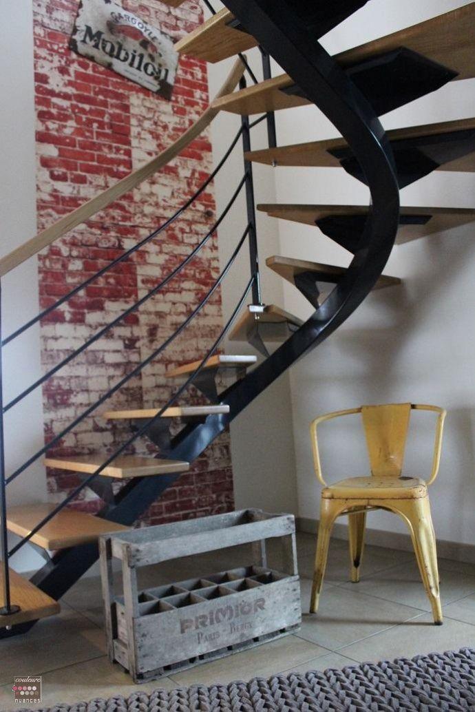 d coration industrielle chaleureuse fauteuil tolix jaune d coration bois et m tal mur de. Black Bedroom Furniture Sets. Home Design Ideas