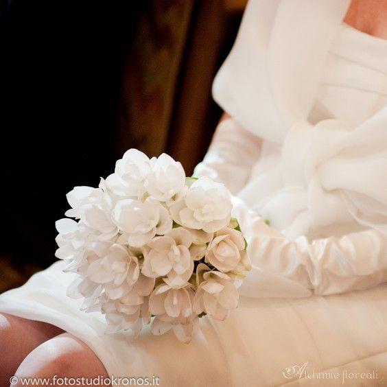 Curcuma Bouquet Sposa.Tulle E Confetti Bouquet Monofiore Curcuma Alchimie Floreali