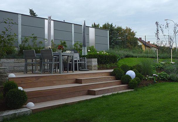 Voesendorf Garden by Schoenegaerten Garten und Terrasse - moderne holzterrasse idee auseneinrichtung