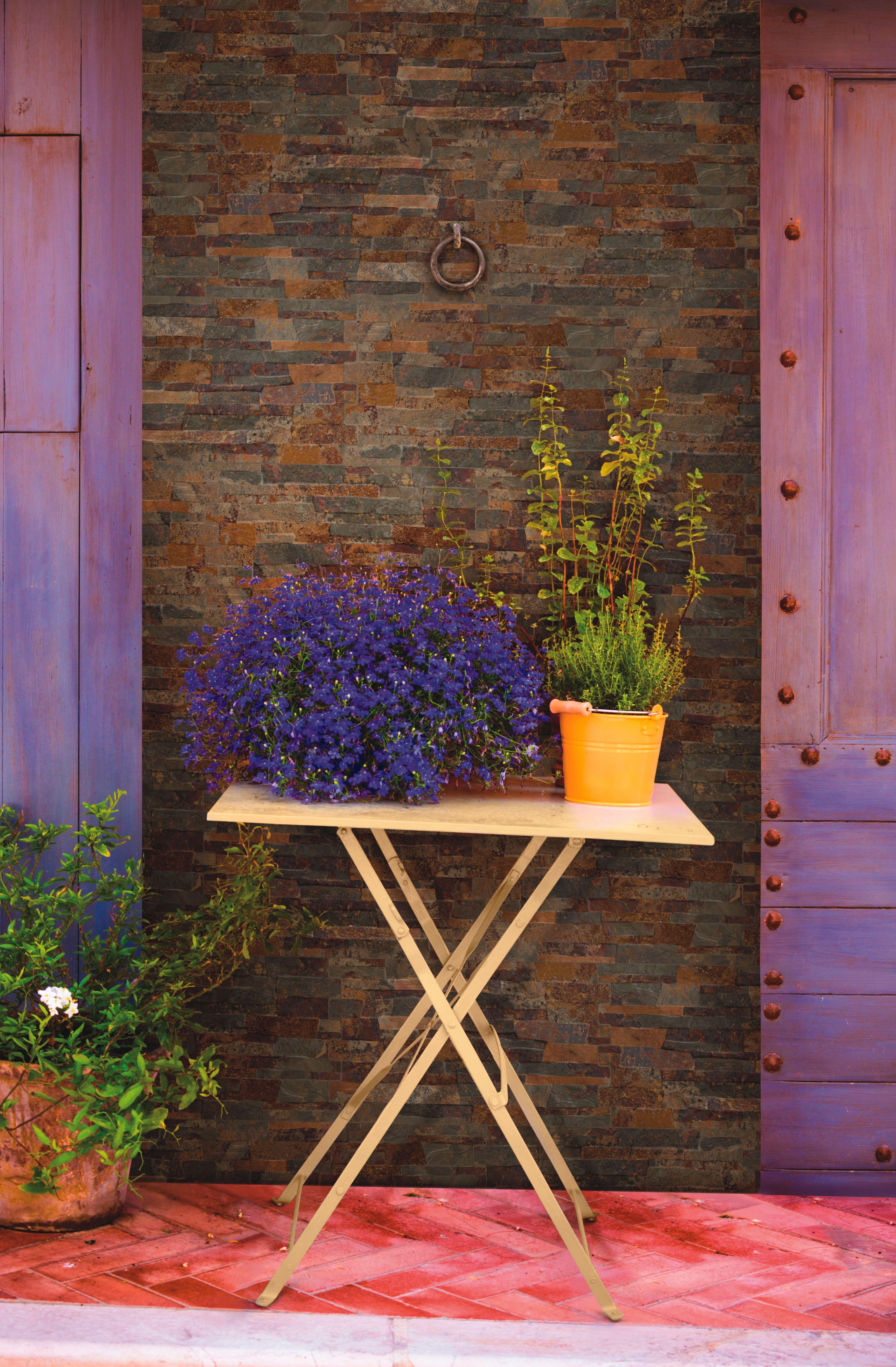 Paredes con fachaletas que imitan la piedra en tonos - Luces para patios ...