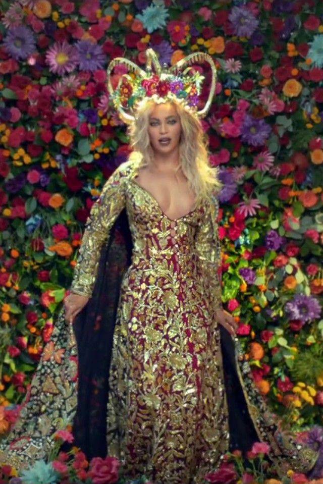 Beyonce In Hymn For The Weekend On Looklive Beyonce Beyonce Queen Beyonce Knowles