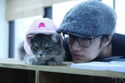 Kyaaaa!! So Ji Sub oppa with a kitty!!! The cuteness overload in this picture!! I just can't!!<3