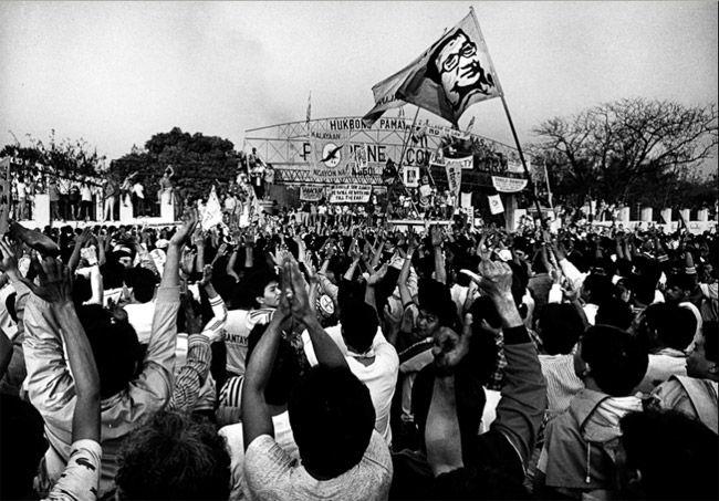 Premio Pulitzer de fotografía de 1987  Premio para Kim Komenich, del San Francisco Examiner por su cobertura en la caída de Ferdinand Marcos