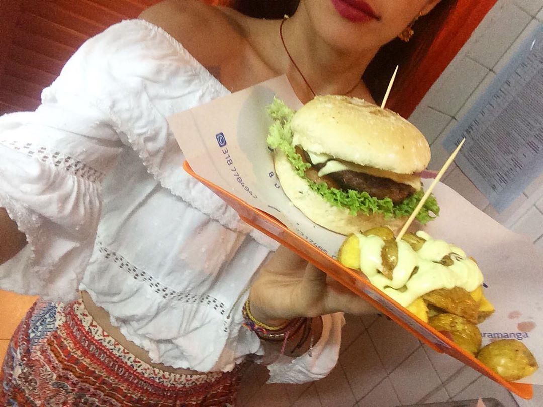 Pura Alquimia es nuestra comida!Toda una delicia  #alquimia #burgeria #artesanal #comidarapida #fastfood #colores #nuevo #menu #amor #sabor #burgerartesanal  #colors #love #health #meat #hotdog #joy #family #friends #vibes #colombia #bucaramangacity #restaurant #plantbased #esencia #natural #burger #foodie