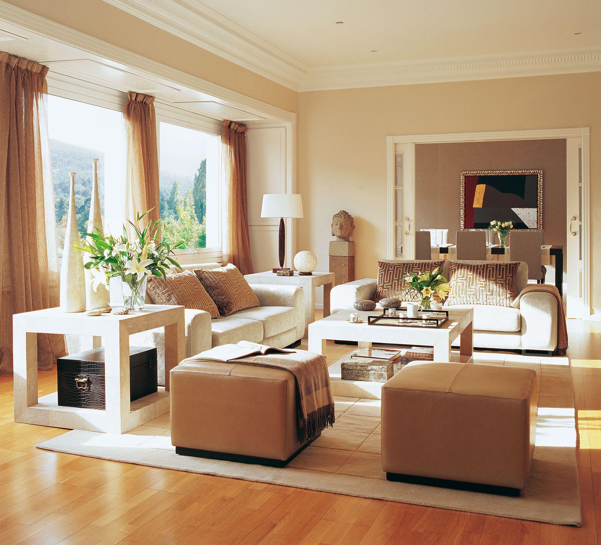 salón en beige con dos puffs en primer plano | id-living room