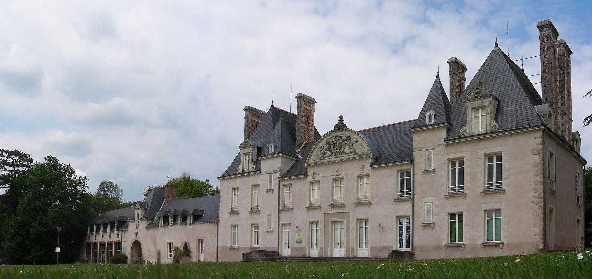 Façade du château, au murs clairs et au toit d\'ardoise noire ...