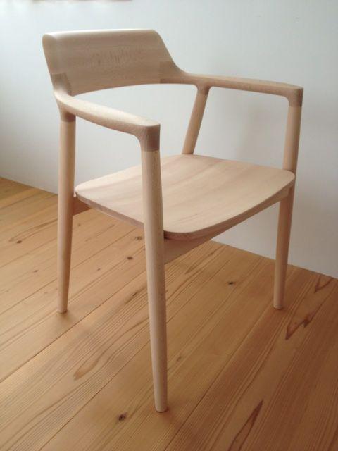 ... をデザイナーとして、100年使っても飽きのこないデザインを、MARUNICOLLECTIONとして作っているとの事。グランフロントの無印良品 で見つけました。マルニの椅子
