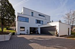 Moderne Häuser Bilder: Neubau Einfamilienhaus mit Doppelgarage in ...
