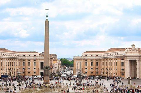 ITALIA  / EUROPA  -  Plaza de San Pedro, situada en la Ciudad del #Vaticano y que precede a la Basílica de San Pedro.
