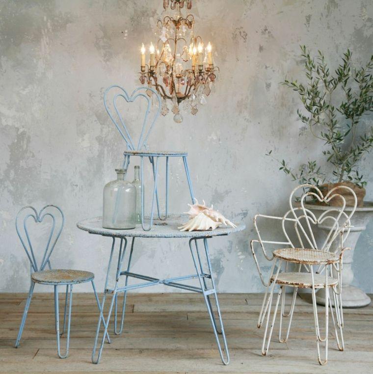 sillas y mesa de acero desgastado al estilo shabby chic