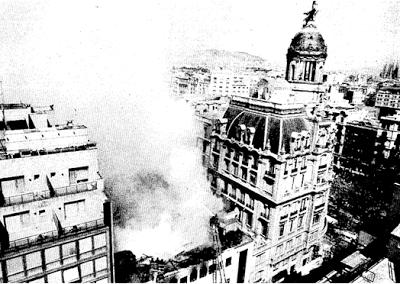 *1991.- Les flames devasten el cinemaFéminadurant l'incendi que va provocar la seva desaparició. (Foto: David Airos). BARCELOFÍLIA