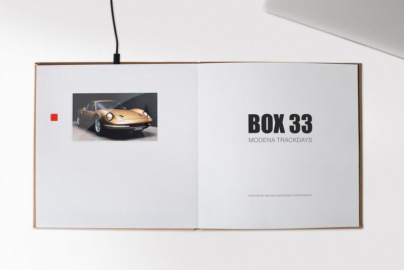 Ein Buch an der Steckdose? FUJIFILM präsentiert das Fotobuch mit HD-Videomonitor, welches über einen integrierten Akku verfügt.