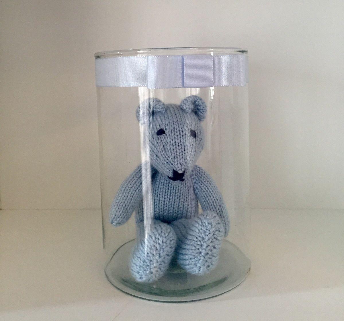 Urso em tric� azul com vidro. O urso tem 26 cm de altura e o vidro tem 20 de altura e 14 de di�metro.