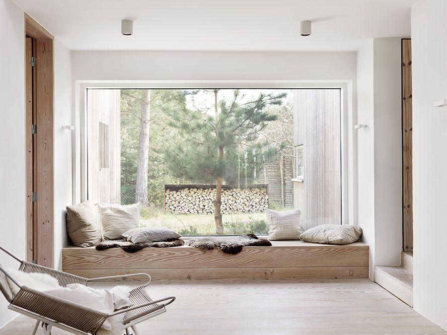 Wohnzimmer fenster ~ Gemütliche leseecke vor einer großen fensterfront in modernem