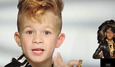 Un petit garçon dans la nouvelle pub barbie