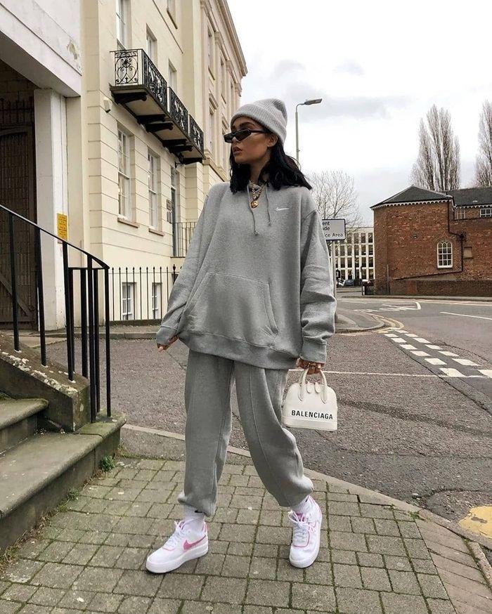 baskets blanches sac à main blanc marque de streetwear sweat oversize gris bonnet bas survêtement – Tarz moda