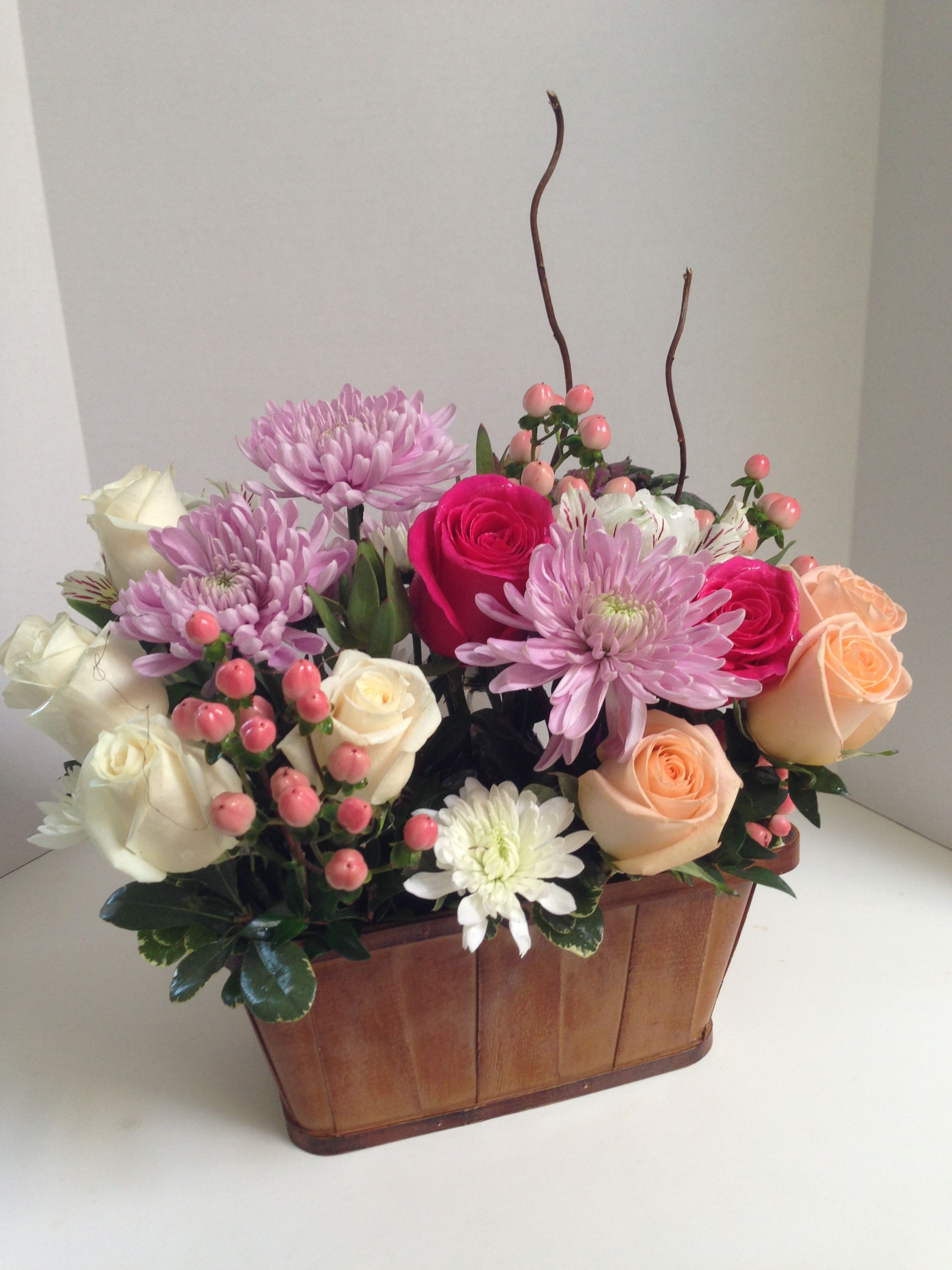 Basket Of Spring Flowers W Curly Willow Branch Arranjos