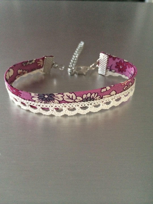 bracelet en tissu liberty motif fleurs rose et en dentelle cru bracelet par mimie et. Black Bedroom Furniture Sets. Home Design Ideas
