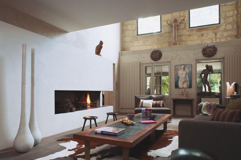 """Il trionfo del minimalismo, con questo caminetto che quasi scompare nella parete che lo ospita. """"Quasi"""", però, perché il suo calore e la sua fiamma si notano eccome..."""
