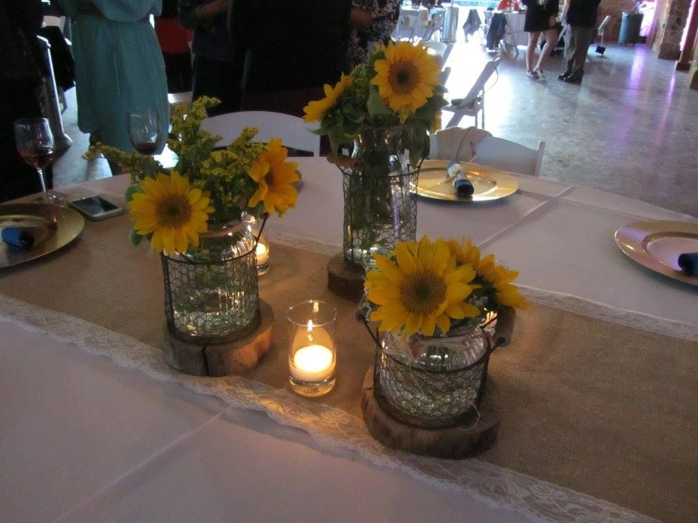 tree trunk slices are used to display gerber daisy centerpieces at a rh pinterest com