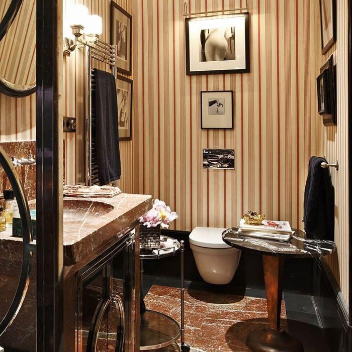 Badezimmer mit Tapeten im Retro-Stil-zweifarbiger Streifenmuster - interieur warmen farben privatwohnung