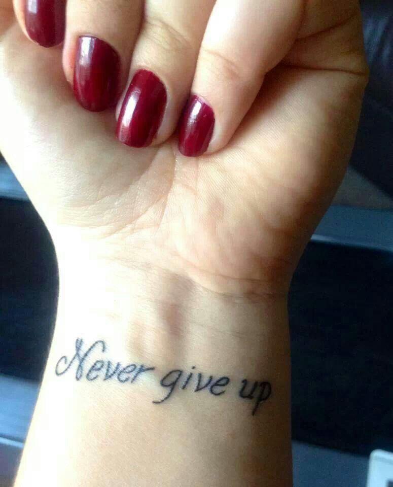 Never give up Up Tatuaggi, Tatuaggi Mani, Tatuaggi Cool, Tatuaggi  Femminili, Tatuaggi