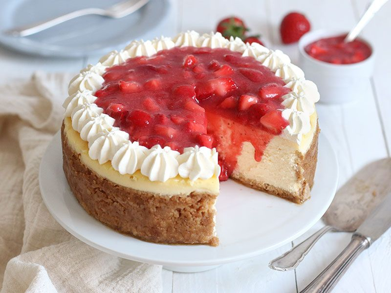 American Cheesecake Mit Erdbeeren Kasekuchen Deluxe Bake To The Roots Recipe Strawberry Cheesecake Recipe Strawberry Recipes American Cheesecake