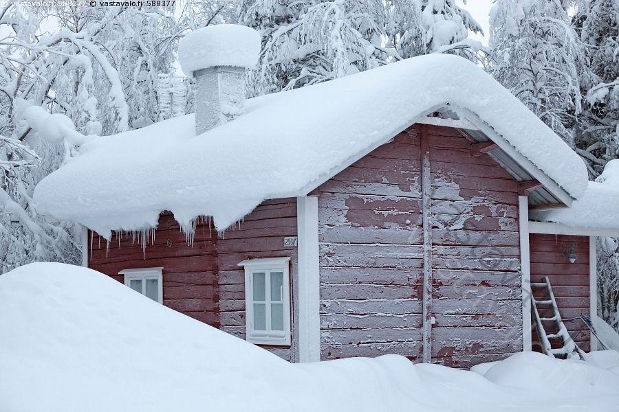 Mökki kylmillään - punainen hirsinen talo asumaton tyhjä mökki hirsimökki tupa kylmillään rakennus hirsirakennus pakkanen huurre kuura katto lumikuorma kylmä kylmyys lumihanget piha Muonio Lappi talvi talvinen lumi luminen lumiset puut kuura kuuraiset seinät