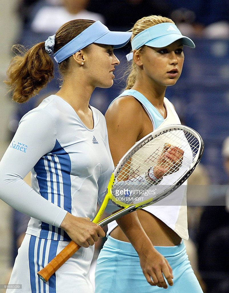 Martina Hingis L Of Switzerland And Anna Kournikova Of Russia Talk Strategy During Their Doubles Match Against Laur Martina Hingis Tennis Doppel Monica Seles