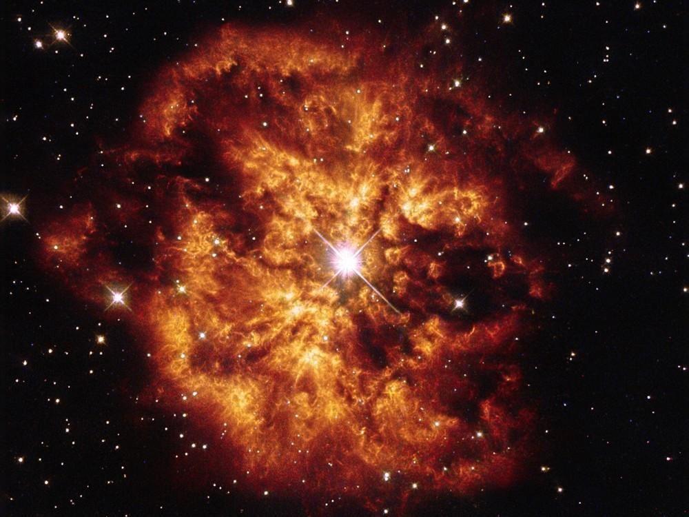 Estrella Hen 2-427 (también conocida como WR 124) que se encuentra envuelta en un espectacular manto de nubes de gas y polvo que dan forma a la nebulosa llamada M1-67 a 15.000 años luz de distancia de la Tierra, en la constelación de Sagitta (la Flecha)