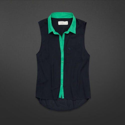 Es una camisa negro y verde.
