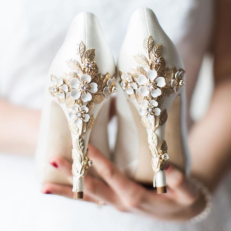 Pnina Tornai Su Instagram A Little Bit Of Flower Power How Gorgeous Are These Wedding Shoes Pninaapproved S Bridal Shoes White Wedding Shoes Wedding Shoes