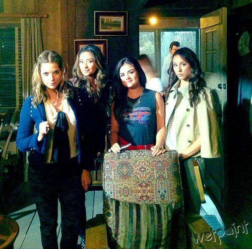Ashley Benson (Hanna Marin) , Shay Mitchell (Emily Fields ...