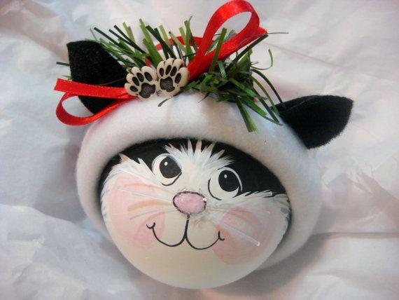 Deze handgeschilderde zwarte en witte kat gezicht sieraad is het dragen van een handgemaakte getrimd rode kerstboom print Fleecemuts met poten en een rood lint bovenop. De voltooide grootte is ongeveer 3 1/2 tot en met 4.  In de Nota van koper sectie van het bestelformulier laat CATS naam en jaar informatie bij de kassa. AANPASSEN is handgeschreven op de bodem van het sieraad.  Dit sieraad is voorzien van een lint voor opknoping & een GIFT BOX voor tekstterugloop.  Een ORNAMENT te staan is…