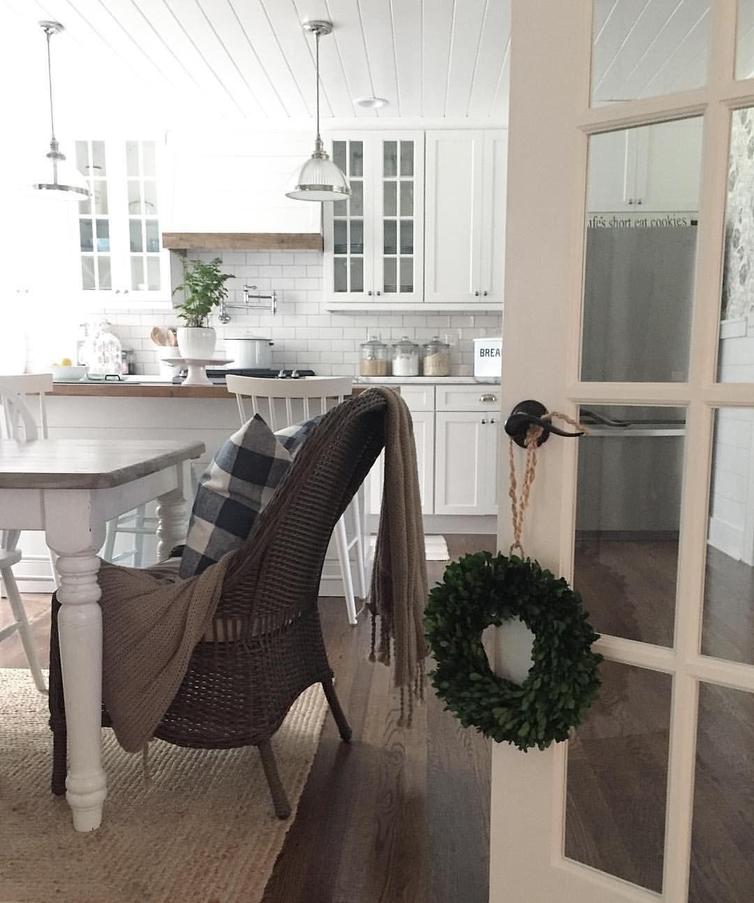 pin by lisa munro on kitchen cottage kitchens christmas kitchen rh pinterest com