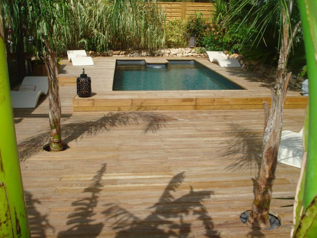 Piscine rectangulaire semi enterr e et terrasse en bois for Piscine hexagonale semi enterree