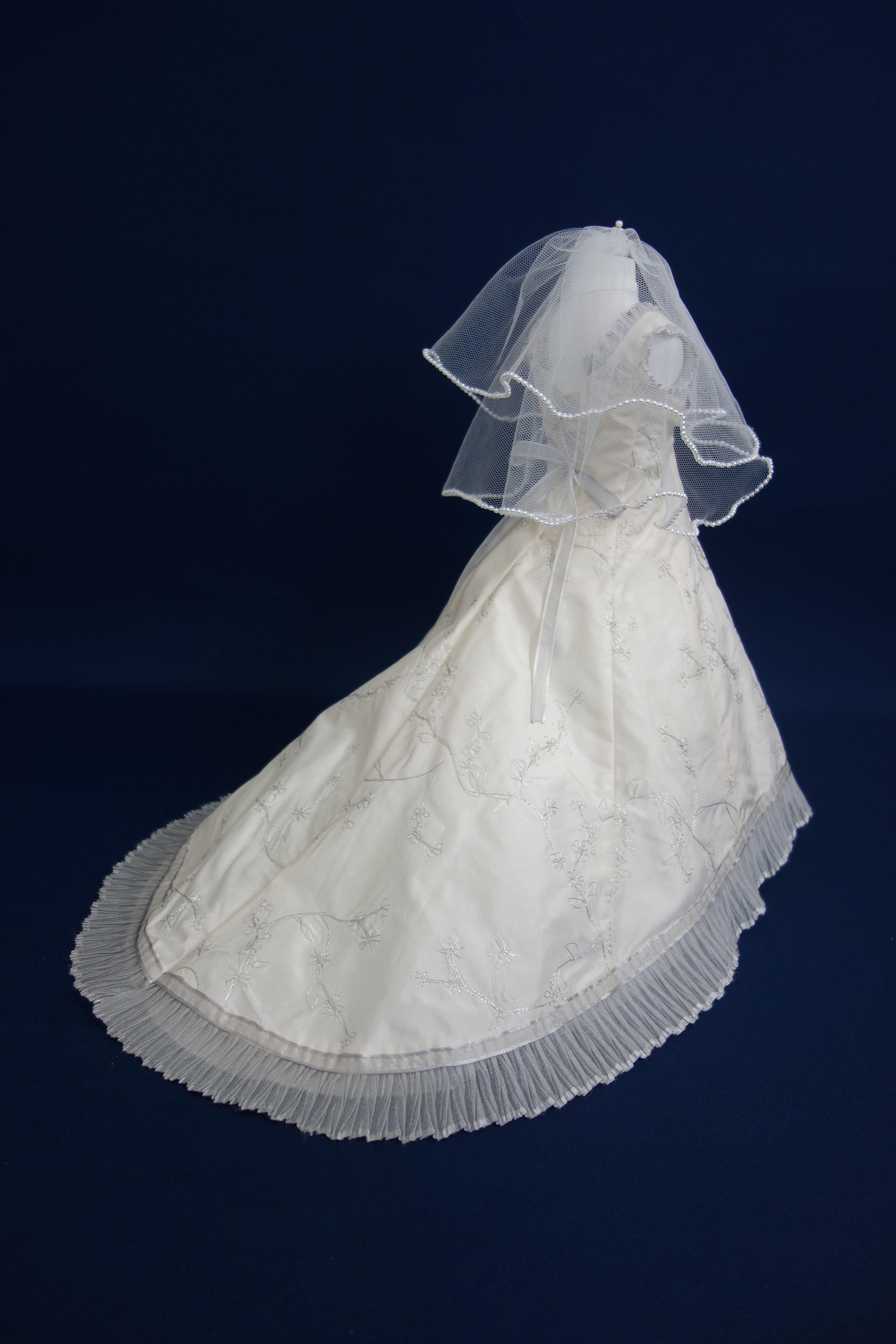 Hanakanadress ウエディングドレスとベールをミニチュアドレスへリメイクしました ウエディングドレスリメイク ベールリメイク ミニチュアドレス ミニチュアドール シルクドレス ベビードレス ウエディングドール ドレス