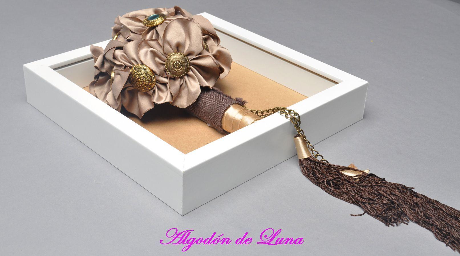 Bouquet ramo de flores de tela enmarcado para recordar por siempre jamás.botones ocres tipo vintage con borlas marrones y dorado en tonos marrones  606619349 algodondeluna@gmail