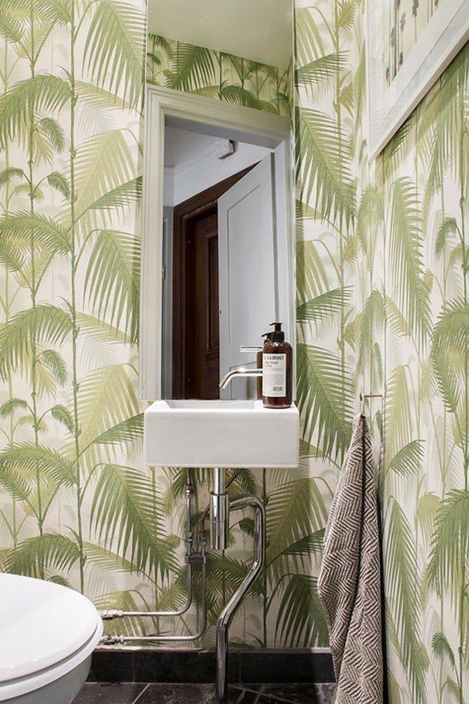Ambiance tropicale avec papier peint dans la SdB