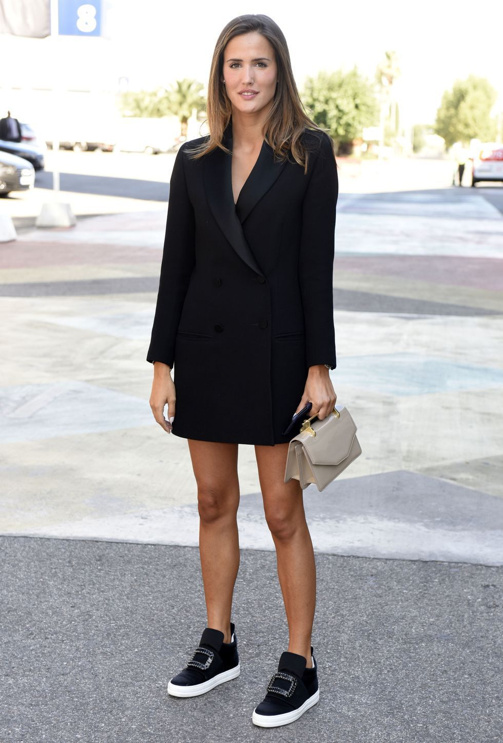 a38bc206ff2 La instagramer española Alex Riviere magistral con blazer tipo esmoquin a  modo de vestido