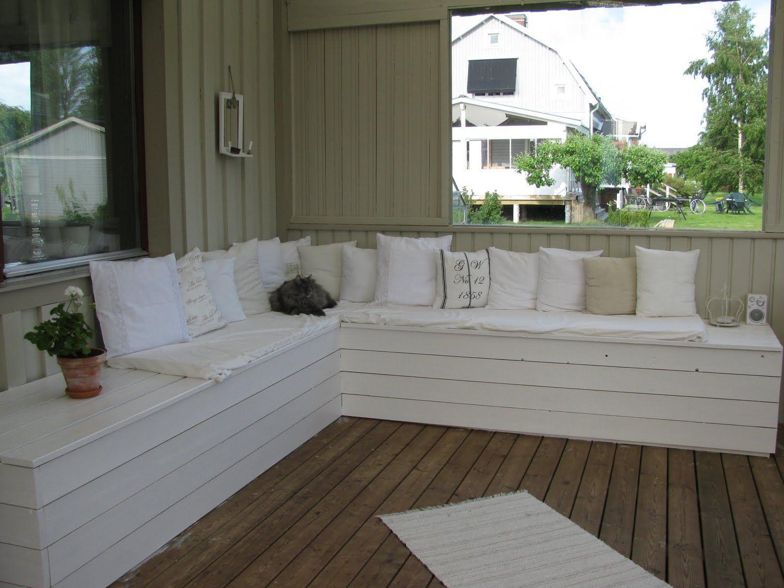 Strålande platsbyggd bänk på trädäck | Idéer för hemmet i 2019 | Soffa altan RV-43