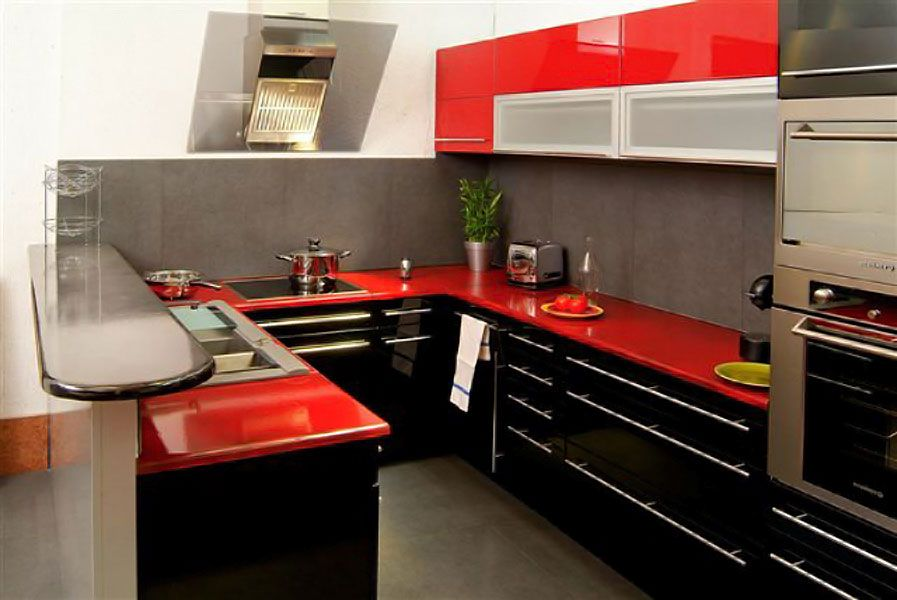 Cuisine contemporaine rouge finition mate, implantation en L, plan