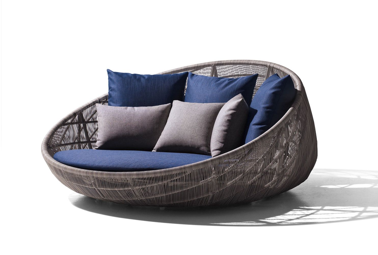 Canasta 13 Collection B B Italia Outdoor This Would Look Great Out By The Pool Instead Of The Traditional D Outdoor Daybed Garden Sofa Circular Armchairs