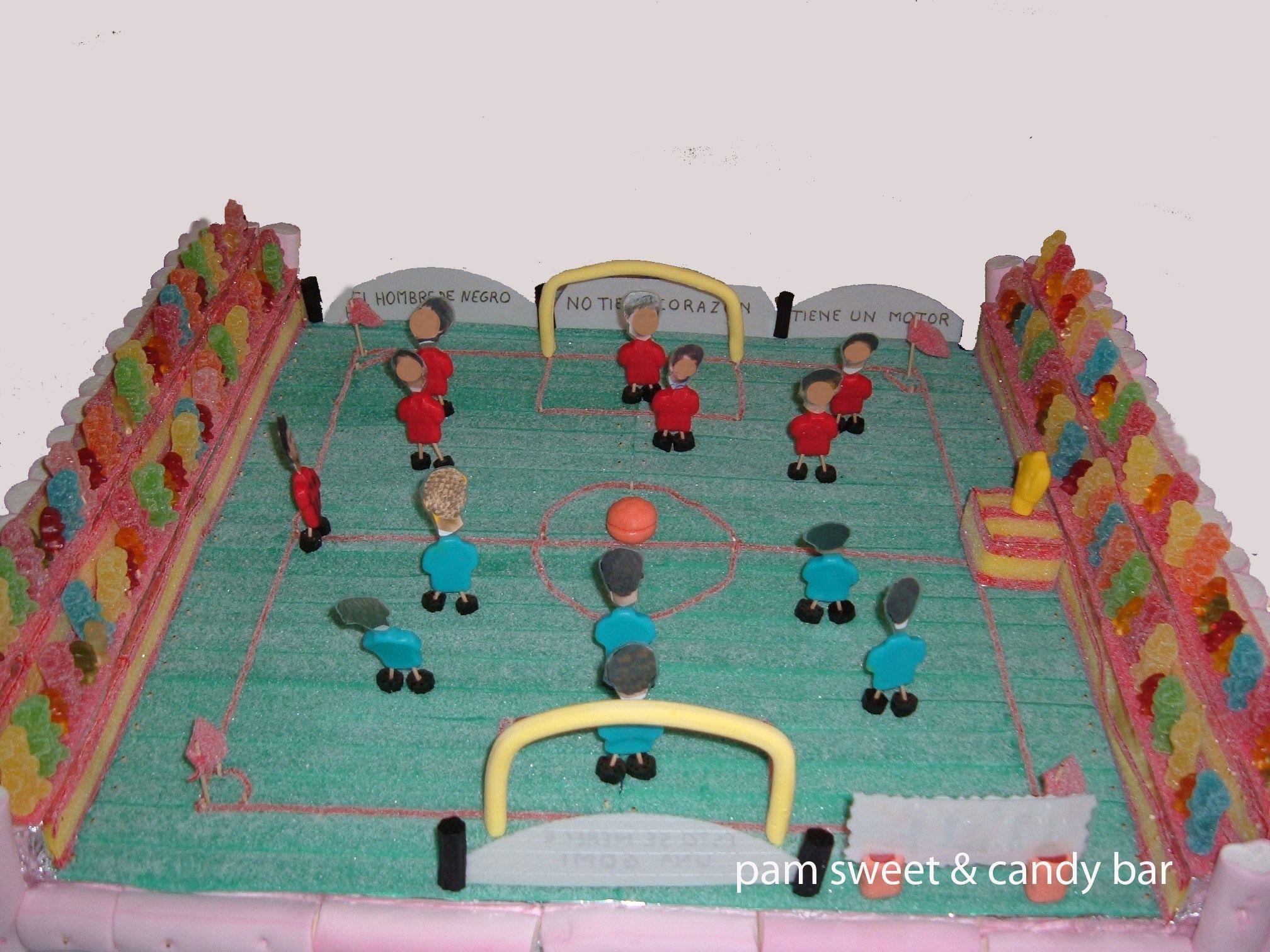 Campo de Fútbol, con la carita de los invitados - Tarta de Gominolas