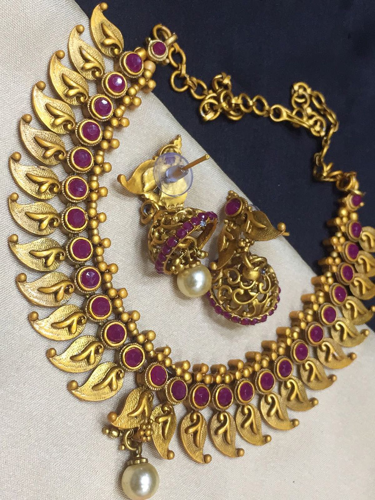 Suave goden and pink wedding wear designer jewellery set gives you