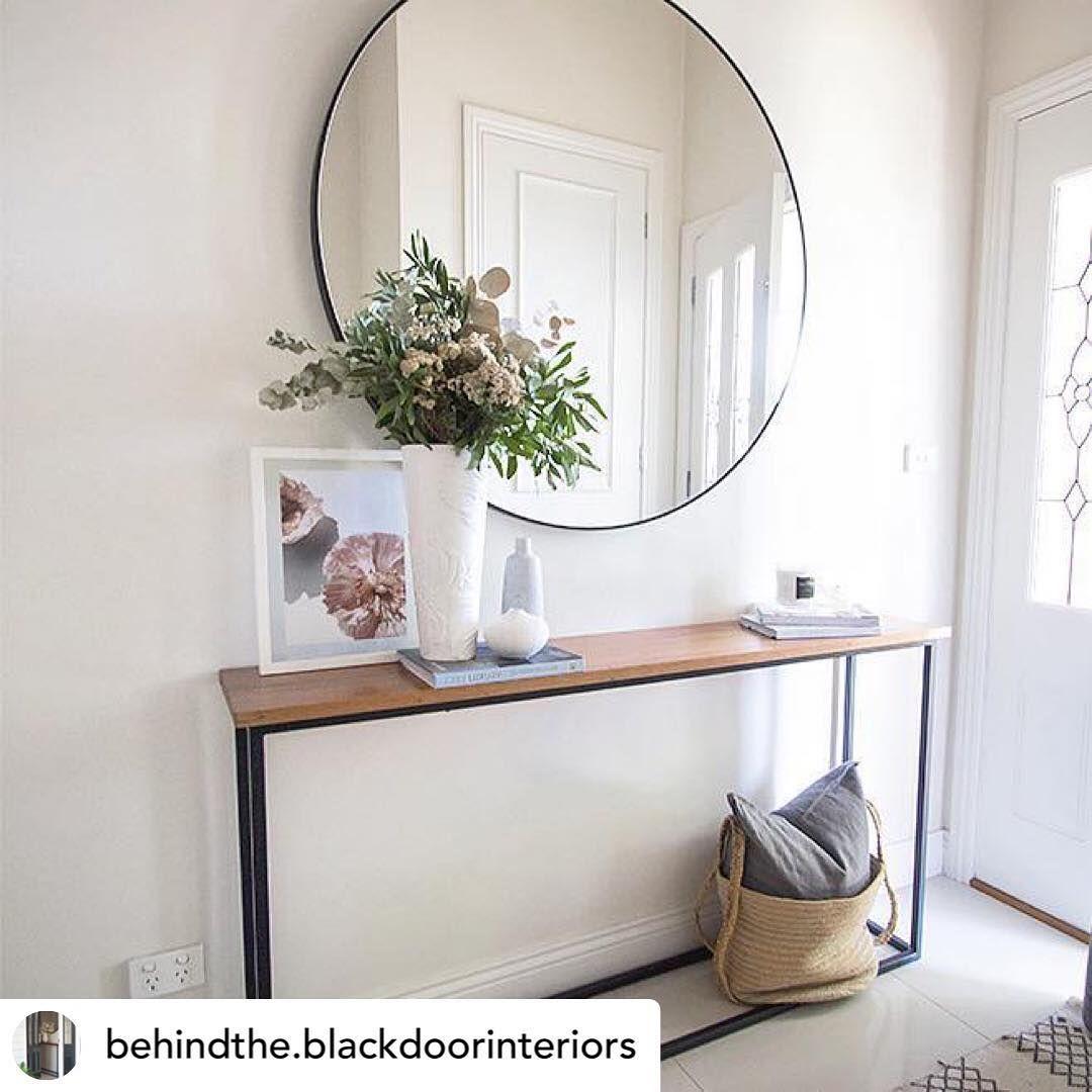 La entrada de una casa es como la primera impresión, la portada de un libro. No es necesario que sea un espacio muy grande ni tiene que ser una pared vacía o una muy recargada.  Se basa en la simplicidad y el equilibrio entre un accesorio, una planta, un cuadro o un espejo que nos dan la sensación de estar en casa. 🖼🌿🏡 . 📷 Repost: @behindthe.blackdoorinteriors . . #hall #ingreso #entry #smallentryway #decotip #decotips #decoracion #inspiration #inspiracion #ideas #ideasparadecorar #equilibri