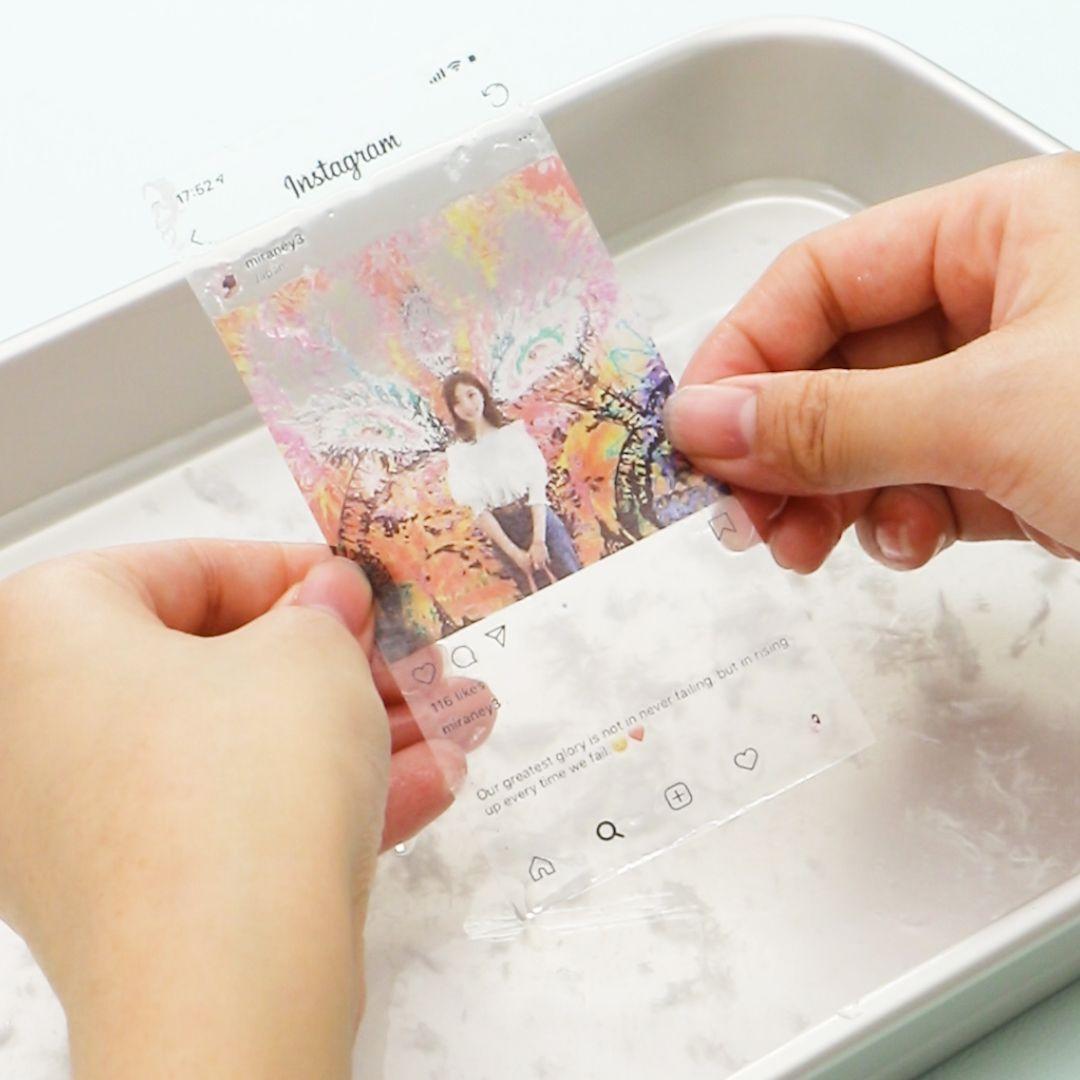 必要なもの 普通紙に印刷写真逆張りのラミネートフィルムb6サイズ定規 ハサミ バット 水 まな板 カッター透明のスマートフォン 作り方 1 Aラミネートフィルムをオープンエア ピタック 2 用紙サイズに合わせ Diy Resin Phone Case Paper Crafts Diy