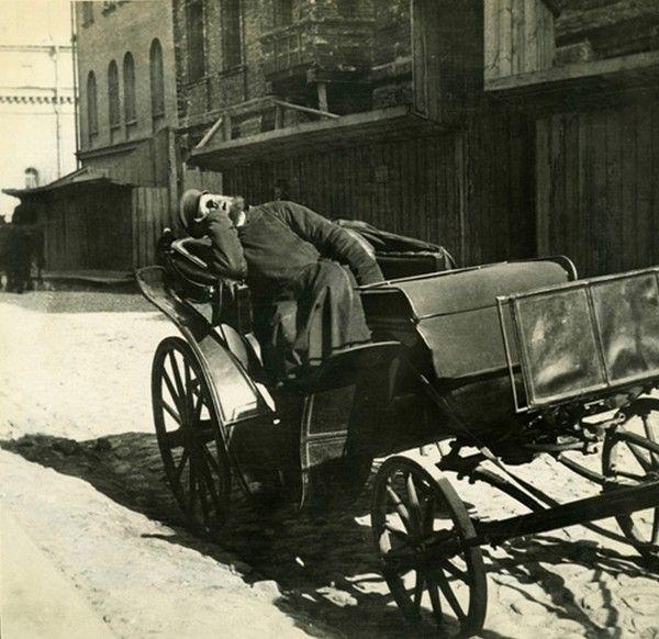Спящий извозчик. Российская империя. 1910 год.